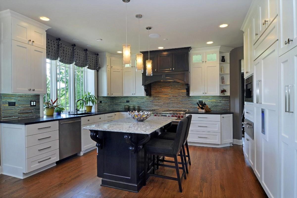 чёрная столешница для белой стильной кухни