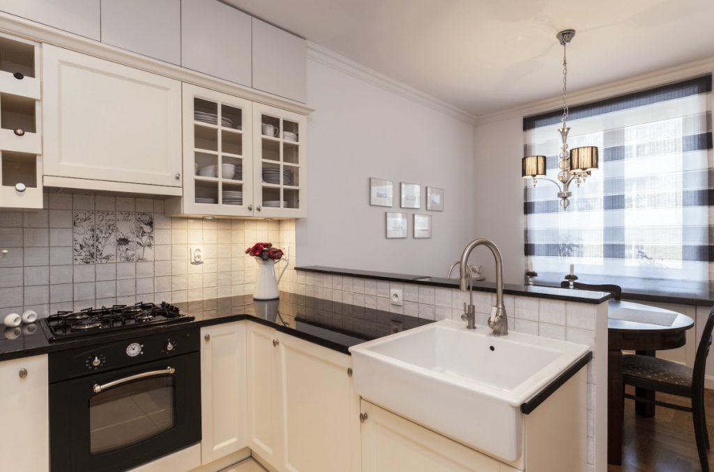 чёрная столешница для кухни белого цвета