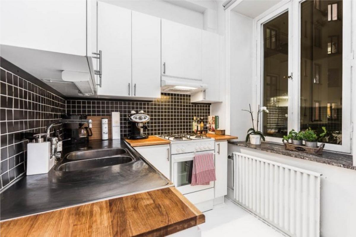 черный фартук в интерьере белой кухни 6 кв м