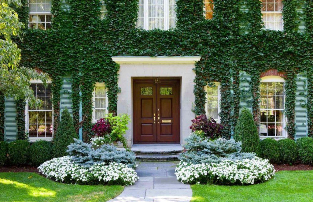дизайн клумбы на входе в загородный дом