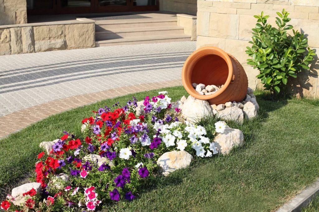 дизайн клумбы пролитый цветочный горшок