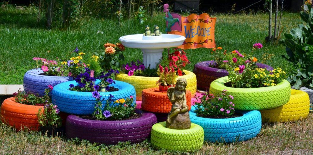 дизайн клумбы из разноцветными шинами