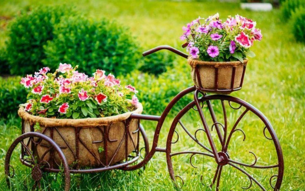 дизайн цветника декоративный велосипед