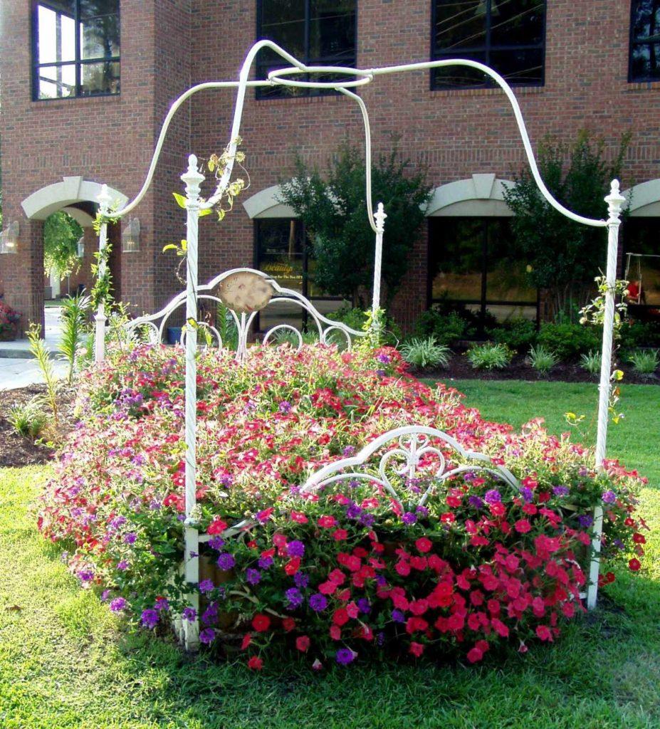 дизайн цветника в виде цветущей кровати