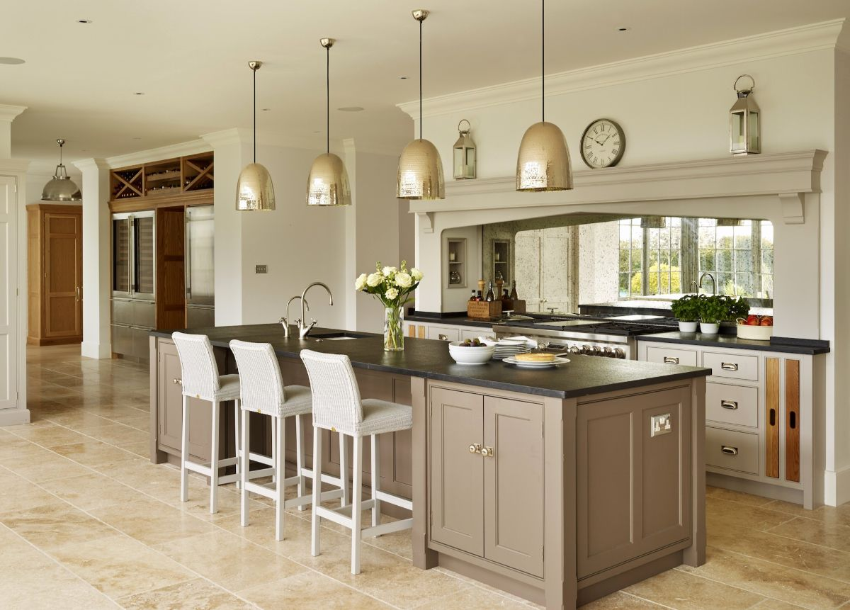 эффектная кухня в стиле неоклассики бледно коричневый оттенок