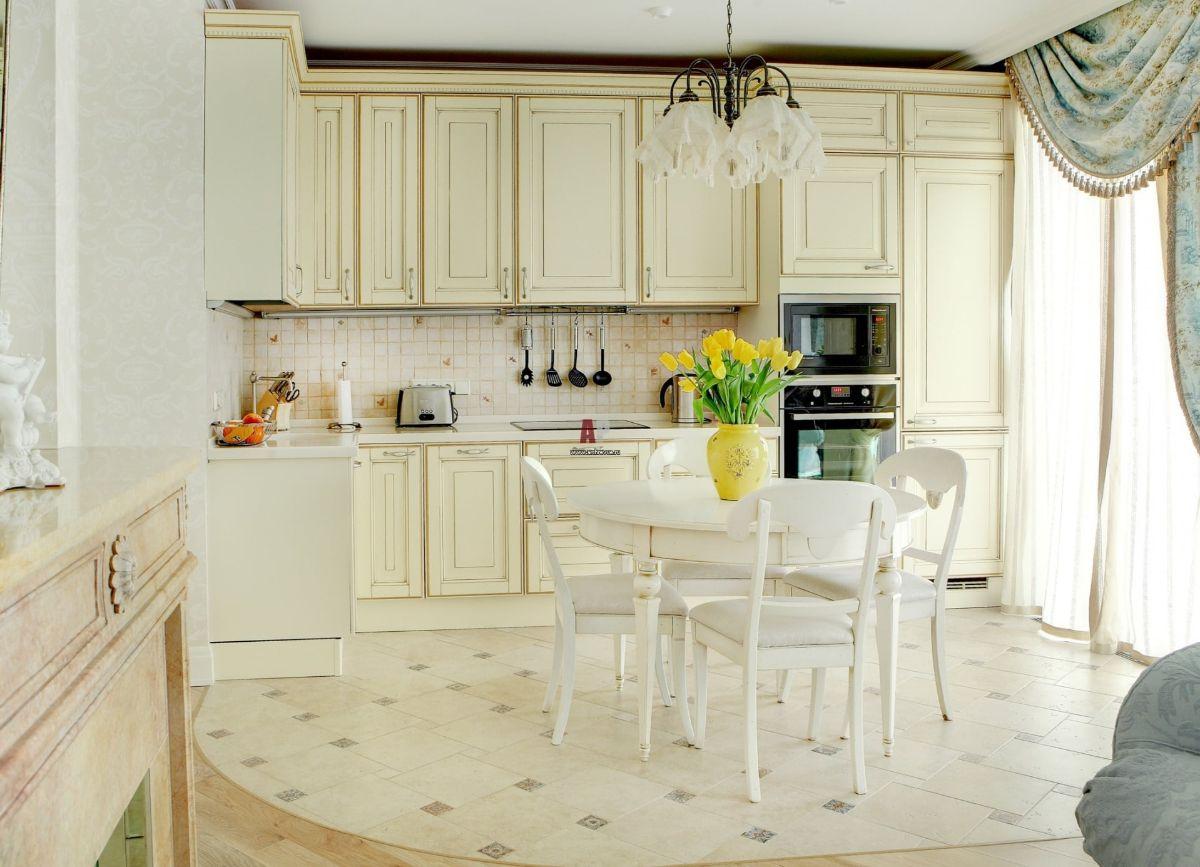 интерьер кухни со светлым полом
