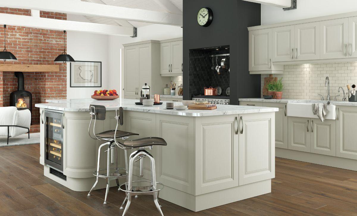 кремовая кухня в стиле неоклассики мансардный лофт