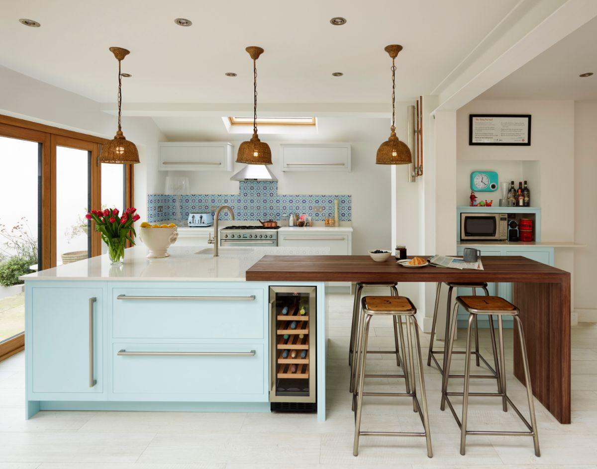 кухня в неоклассическом стиле белый с деревом