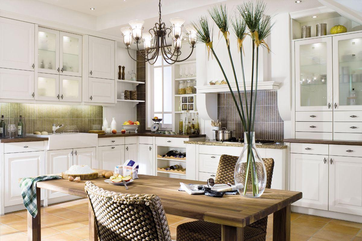 кухня в неоклассическом стиле деревянный стол