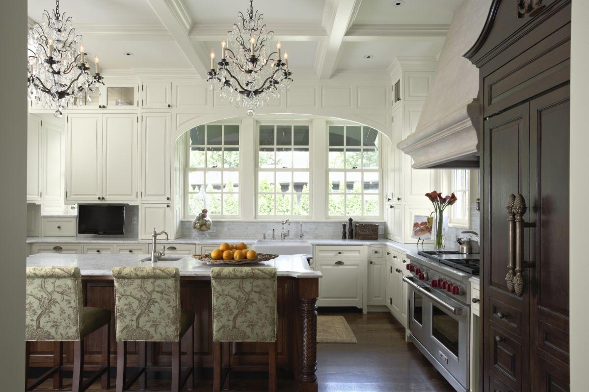 кухня в неоклассическом стиле с кесонным потолком