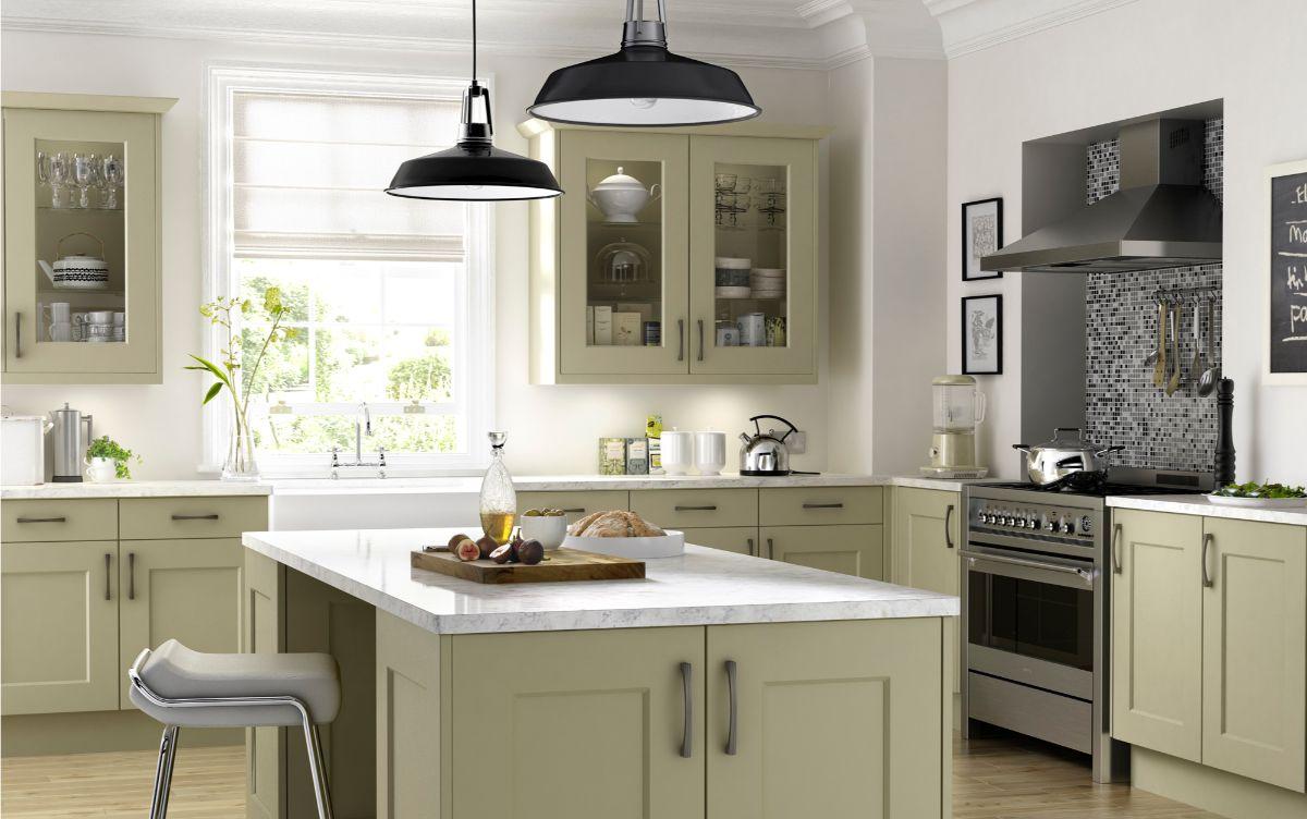 кухня в стиле неоклассика бледно-оливковый тон