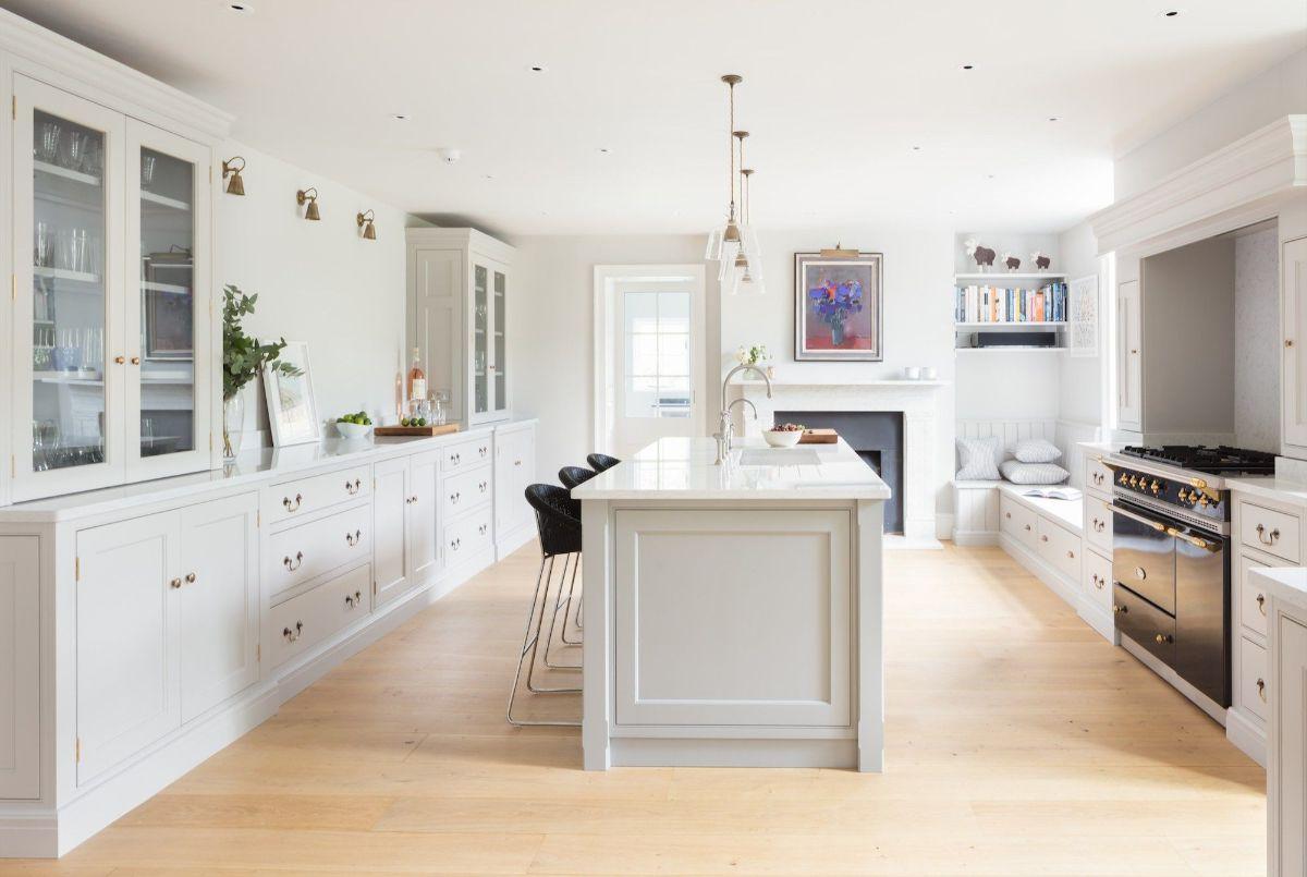 кухня в стиле неоклассика просторная в белом цвете