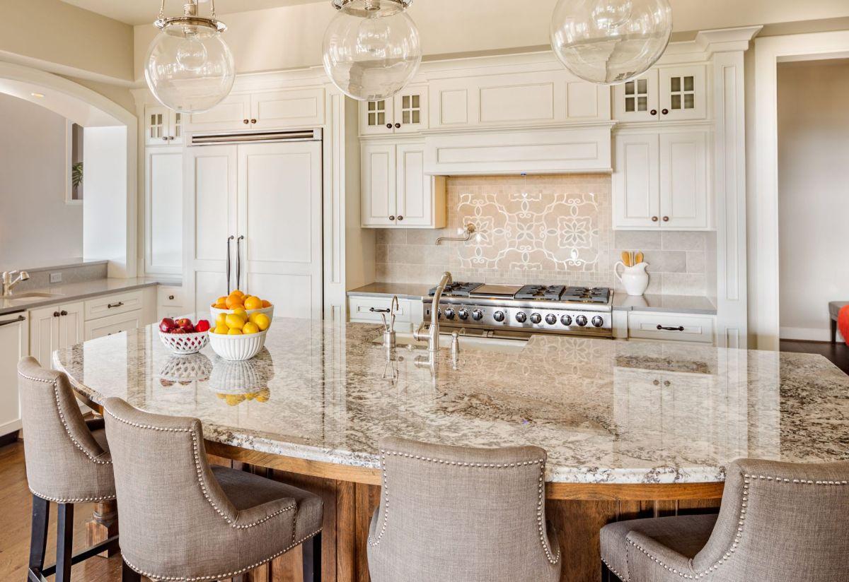 кухня в стиле неоклассика столешница под мрамор