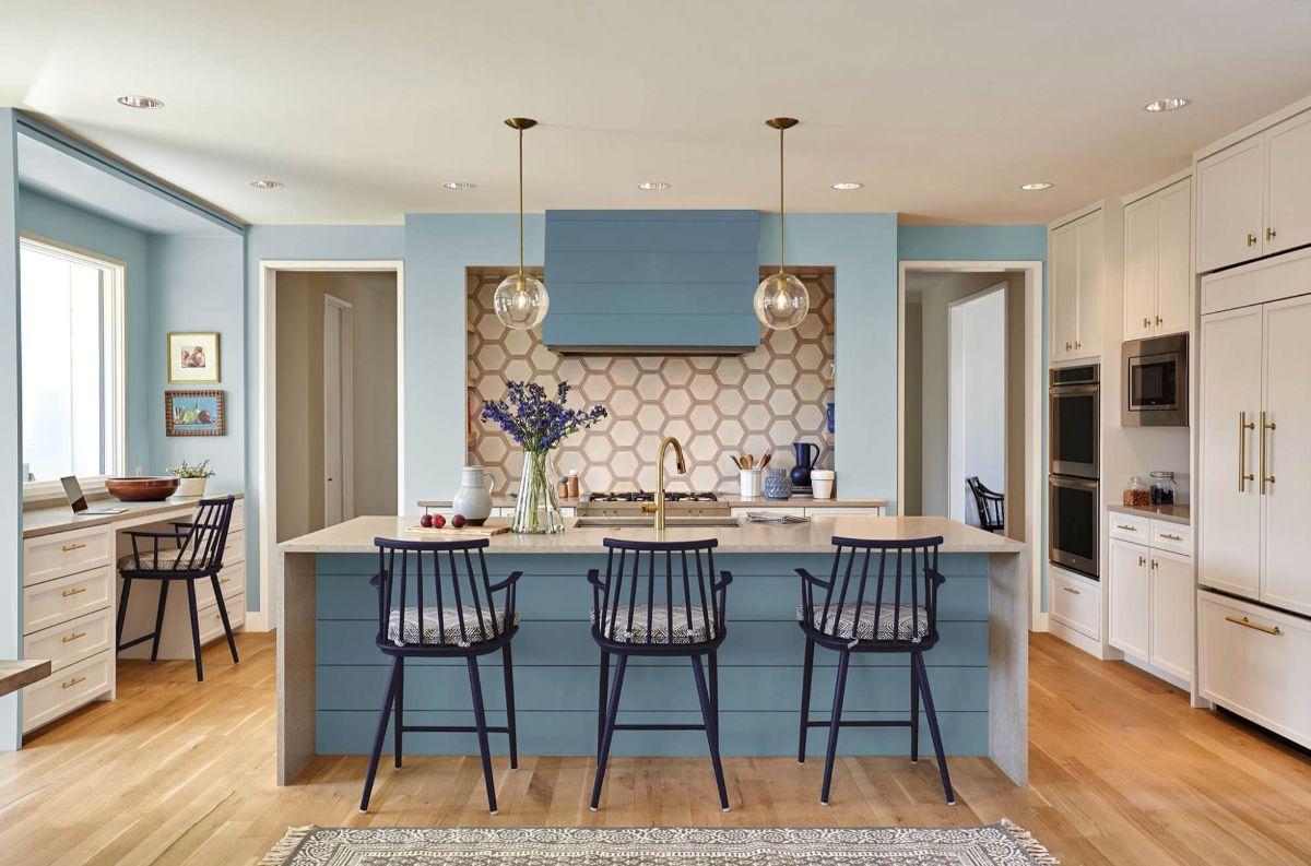 кухня в стиле неоклассики голубые стены