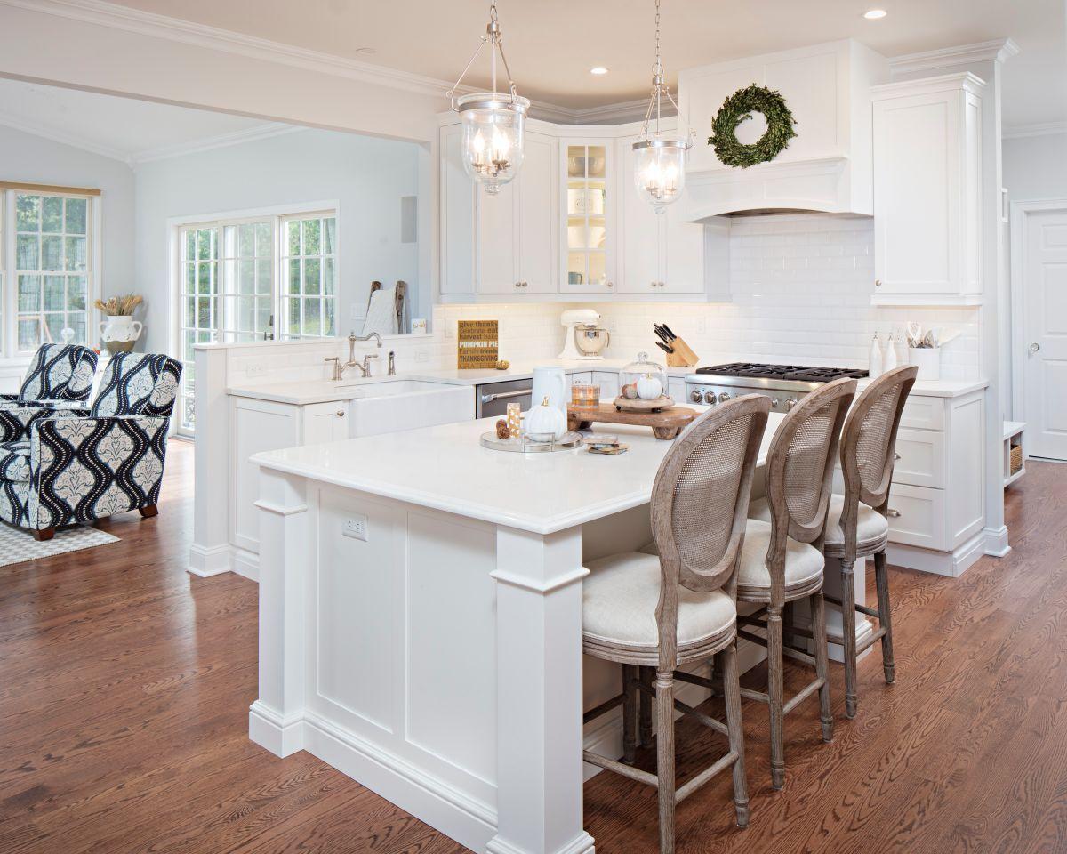 кухня в стиле неоклассики остров и медальоны
