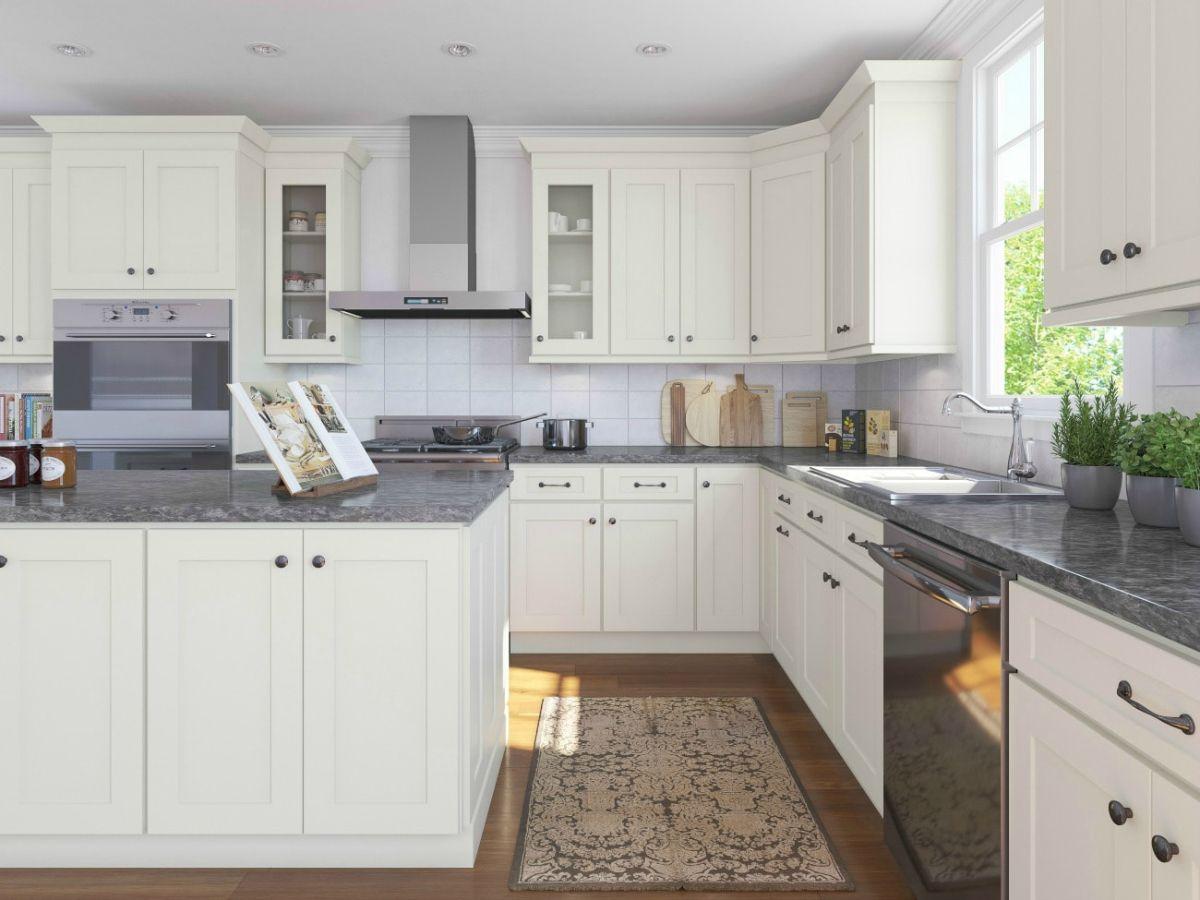 кухня в стиле неоклассики белые шкафчики и яркий гранит