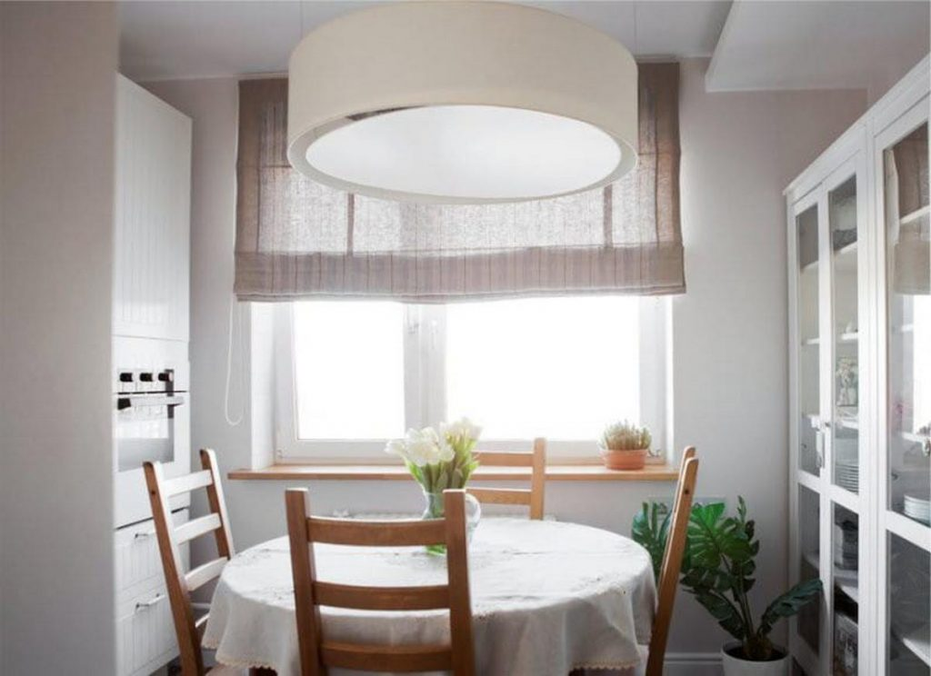 льняные римские шторы в интерьере кухни