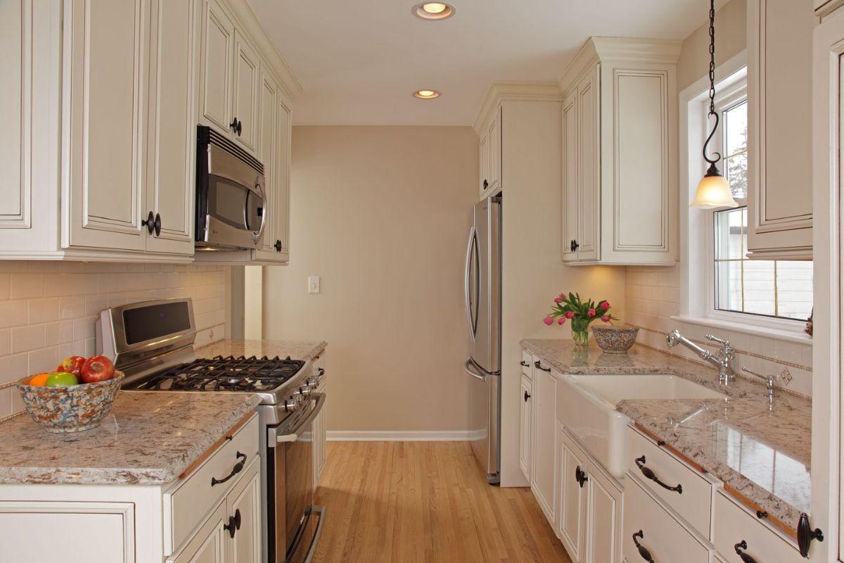 маленькая светлая кухня в стиле неоклассики
