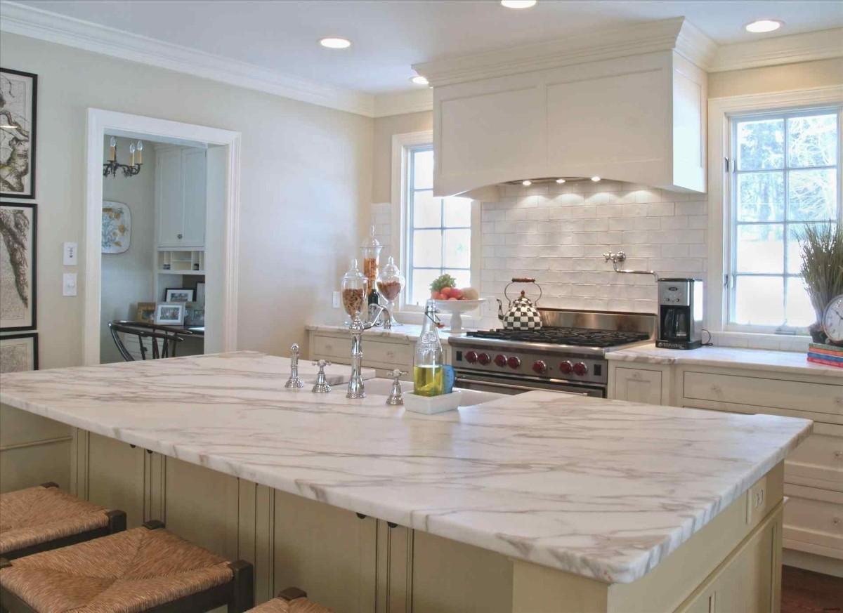 мраморная столешница для кухни бежевого цвета