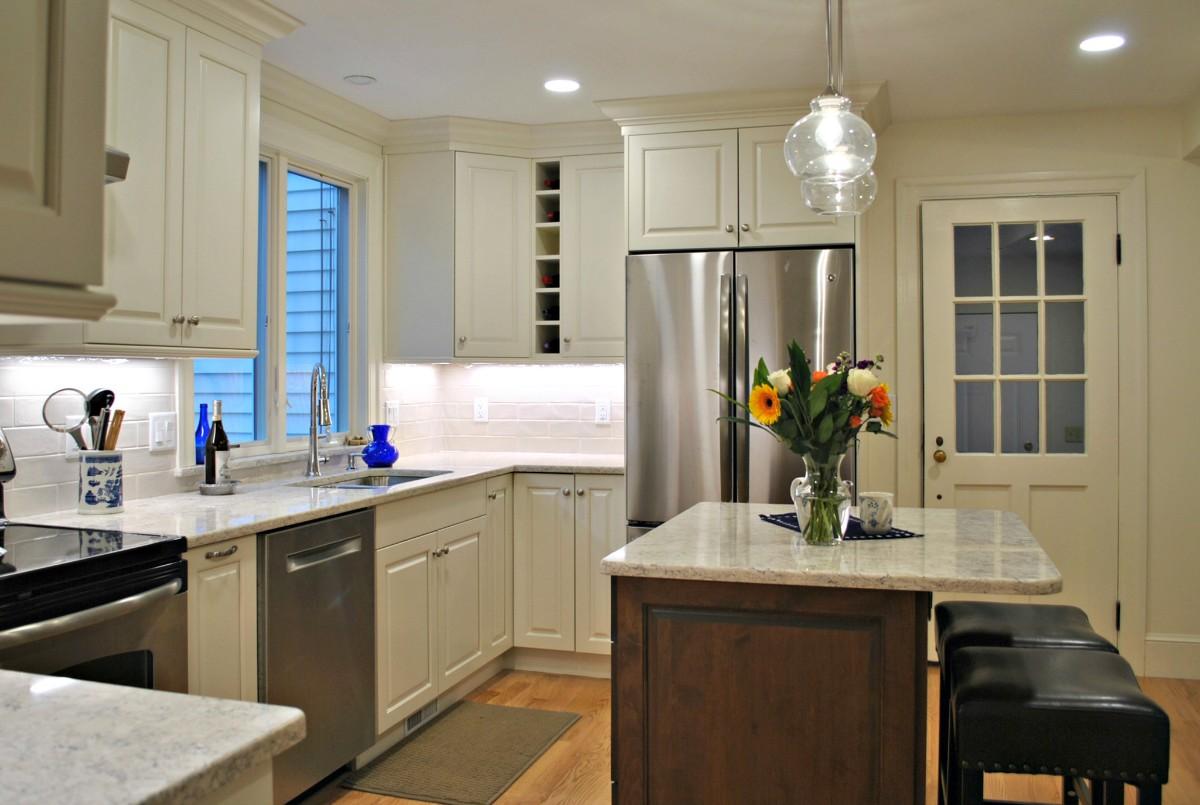 мраморная столешница в дизайне бежевой кухни