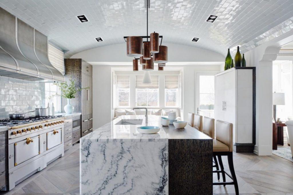 мраморная столешница в дизайне кухни с арочным потолком