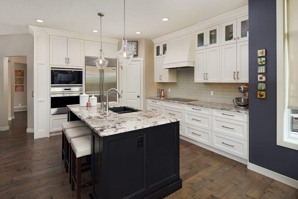мраморная столешница в дизайне стильной белой кухни