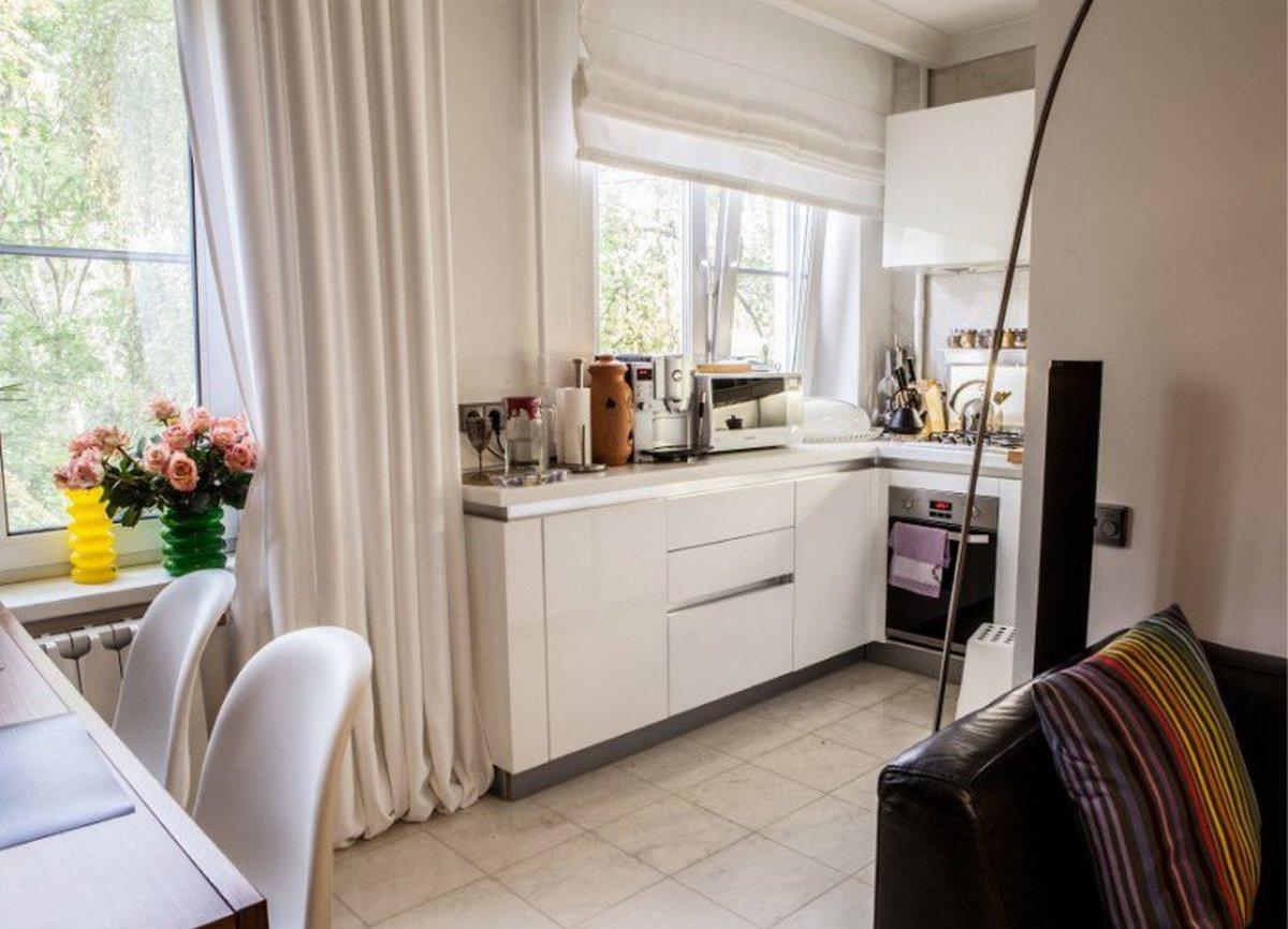 подоконник как продолжение столешницы и гарнитура на маленькой кухни