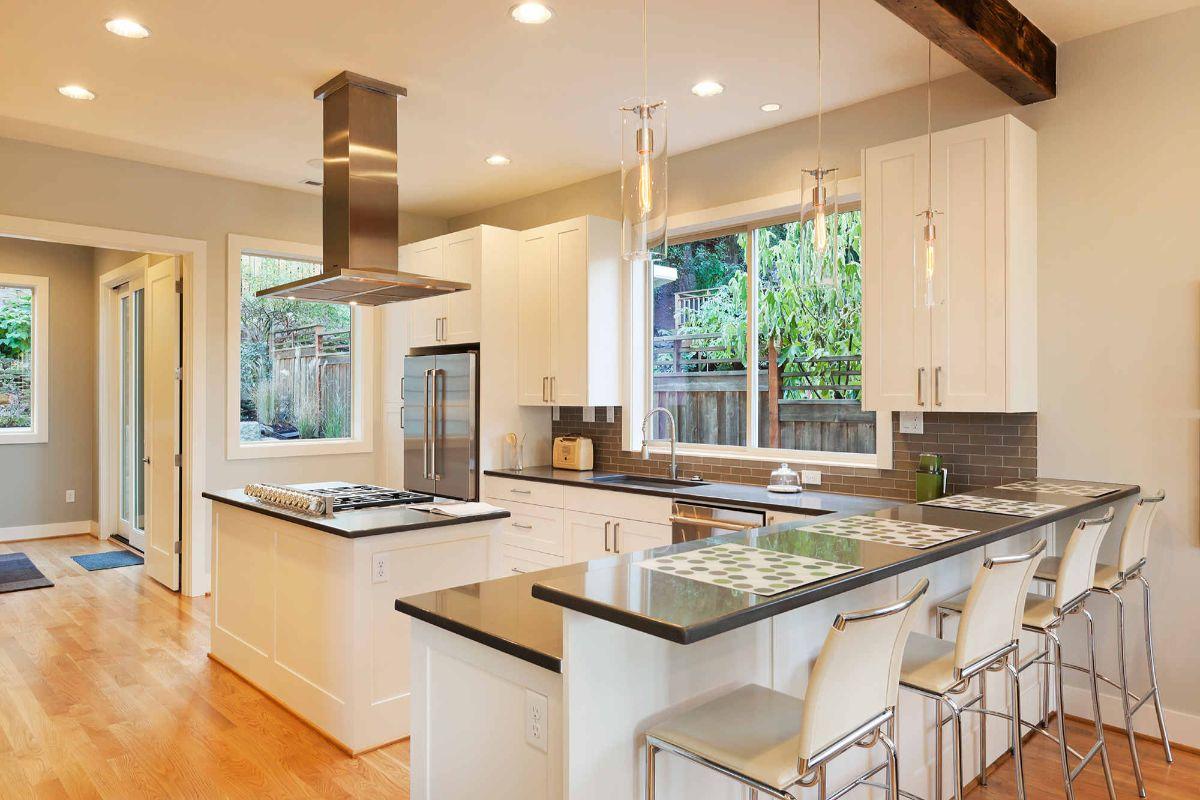 просторная светлая кухня в стиле неоклассики