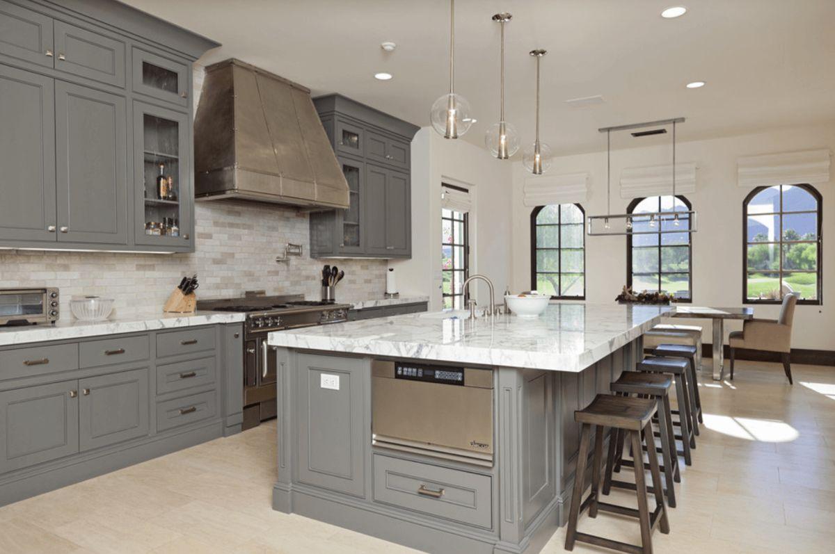 серая кухня в стиле неоклассики фото пример дизайна