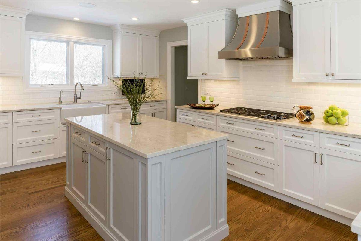 серо-белый вариант кухня в стиле неоклассики