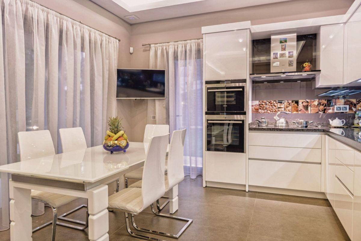 современная светлая кухня в стиле неоклассики в стиле неоклассики фото пример