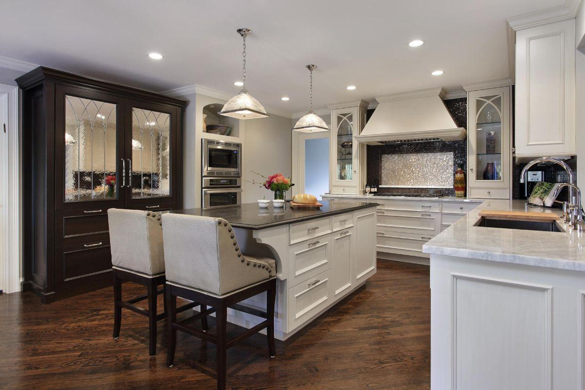 стильная светлая кухня в неоклассическом стиле