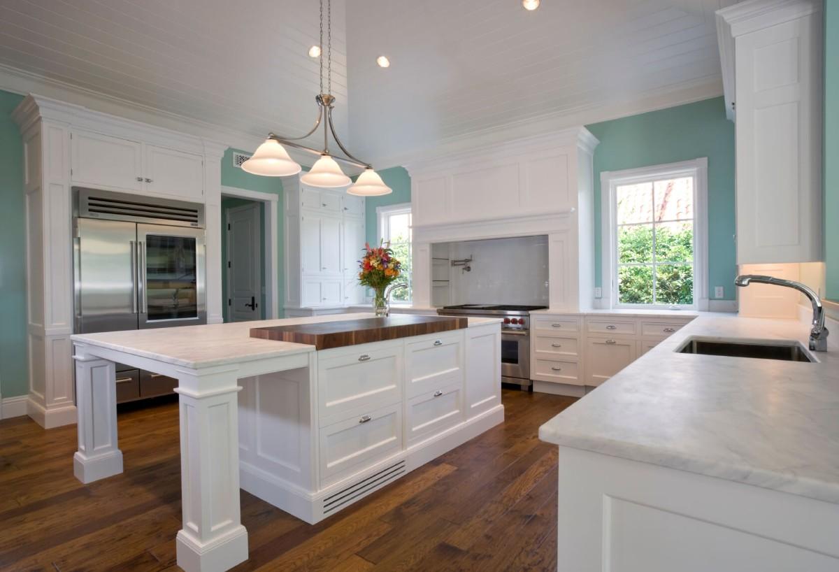 столешница белого цвета для кухни с бирюзовыми стенами