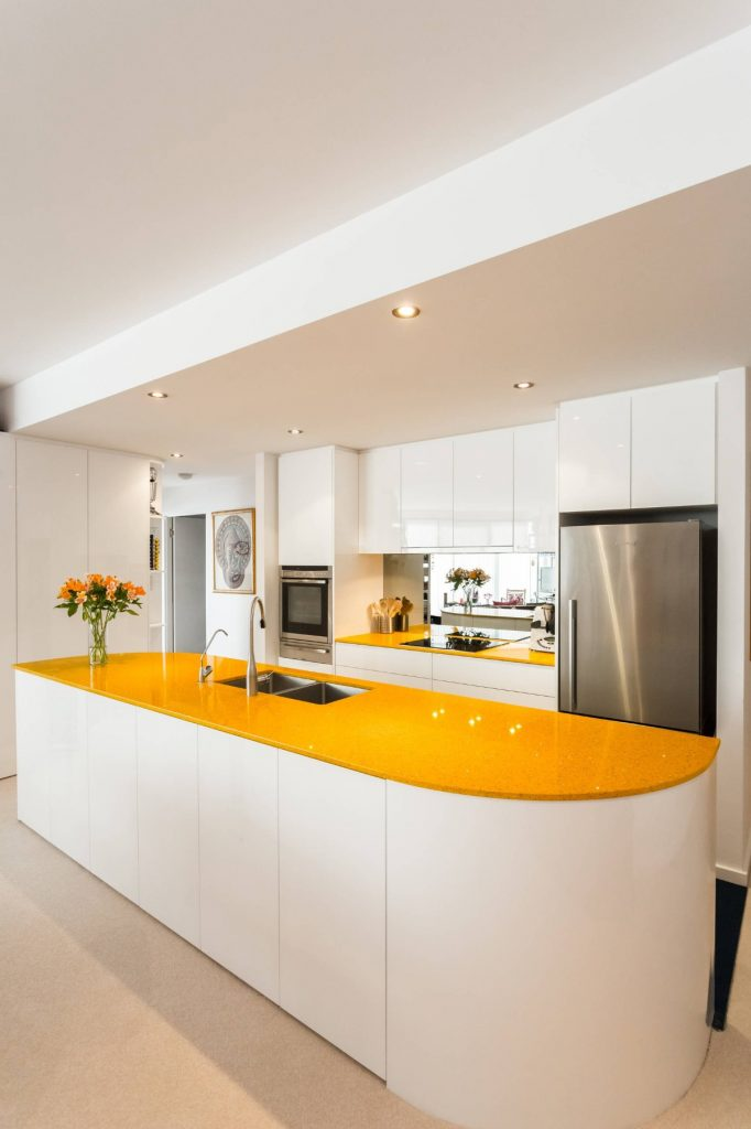 столешница жёлтого цвета для кухни в светлых тонах