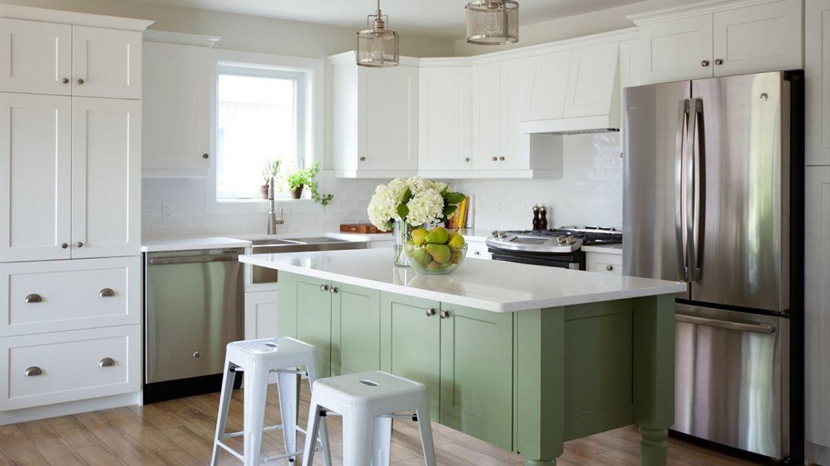 светлая кухня в неокласссическом стиле бирюзовый остров