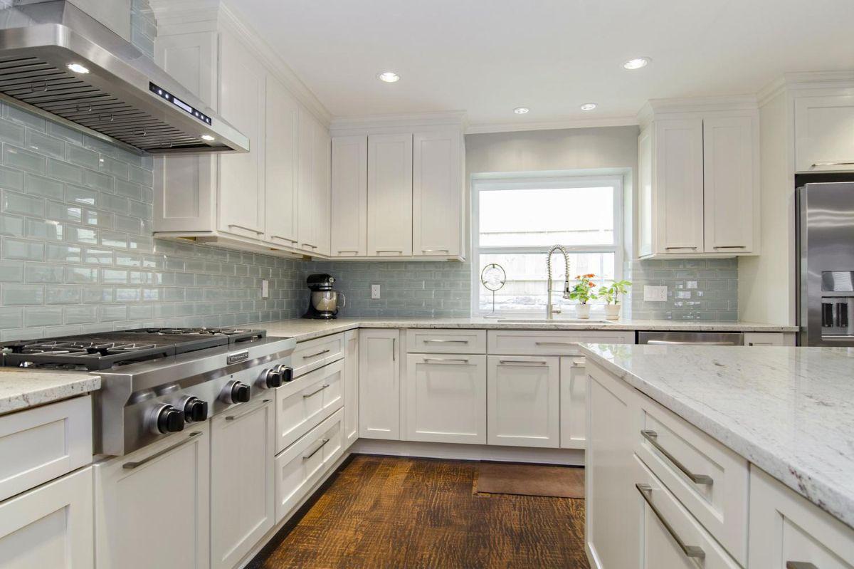 светлая кухня в неоклассическом стиле с бледно-голубым цветом фартука