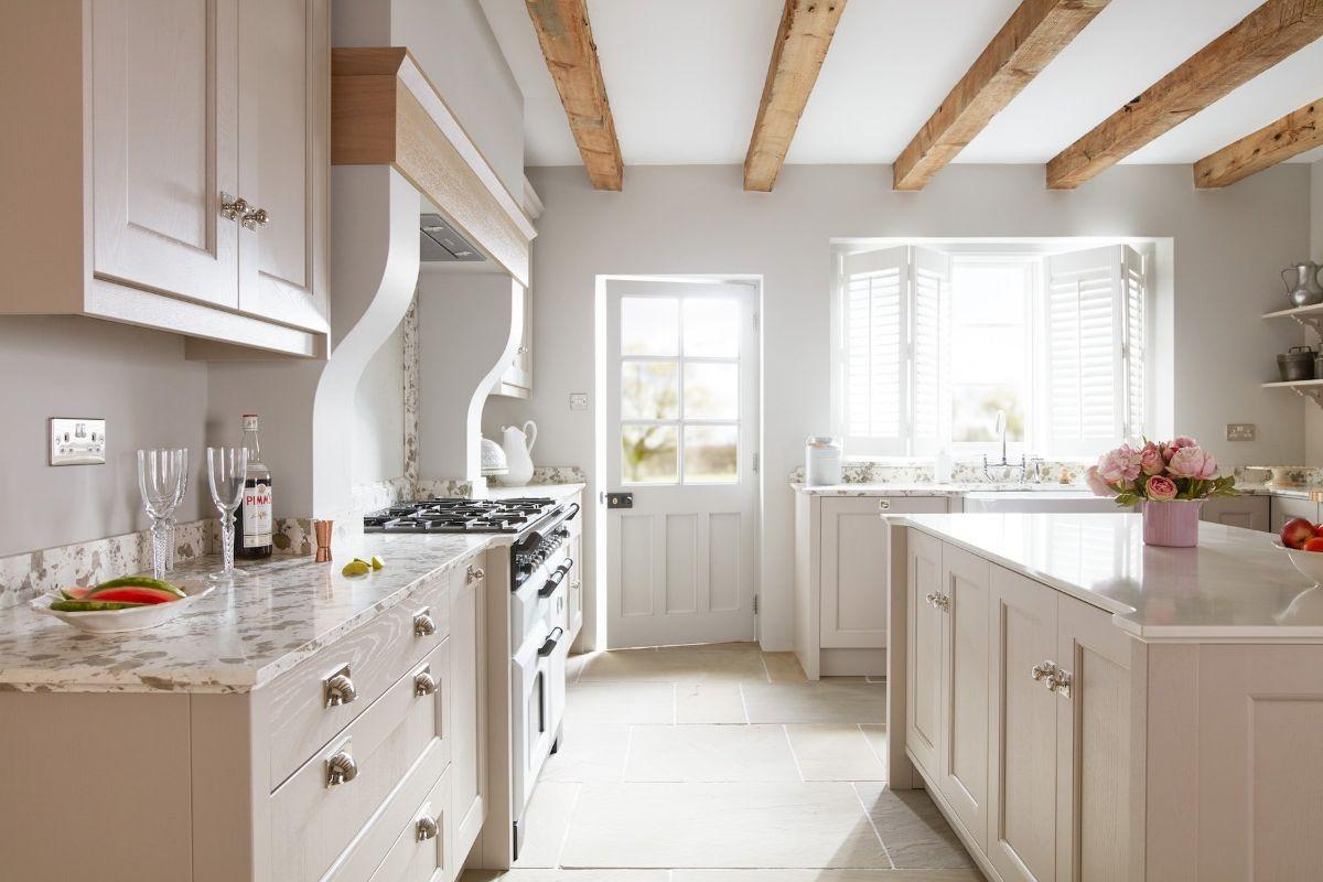 светлая кухня в неоклассическом стиле молочный оттенок