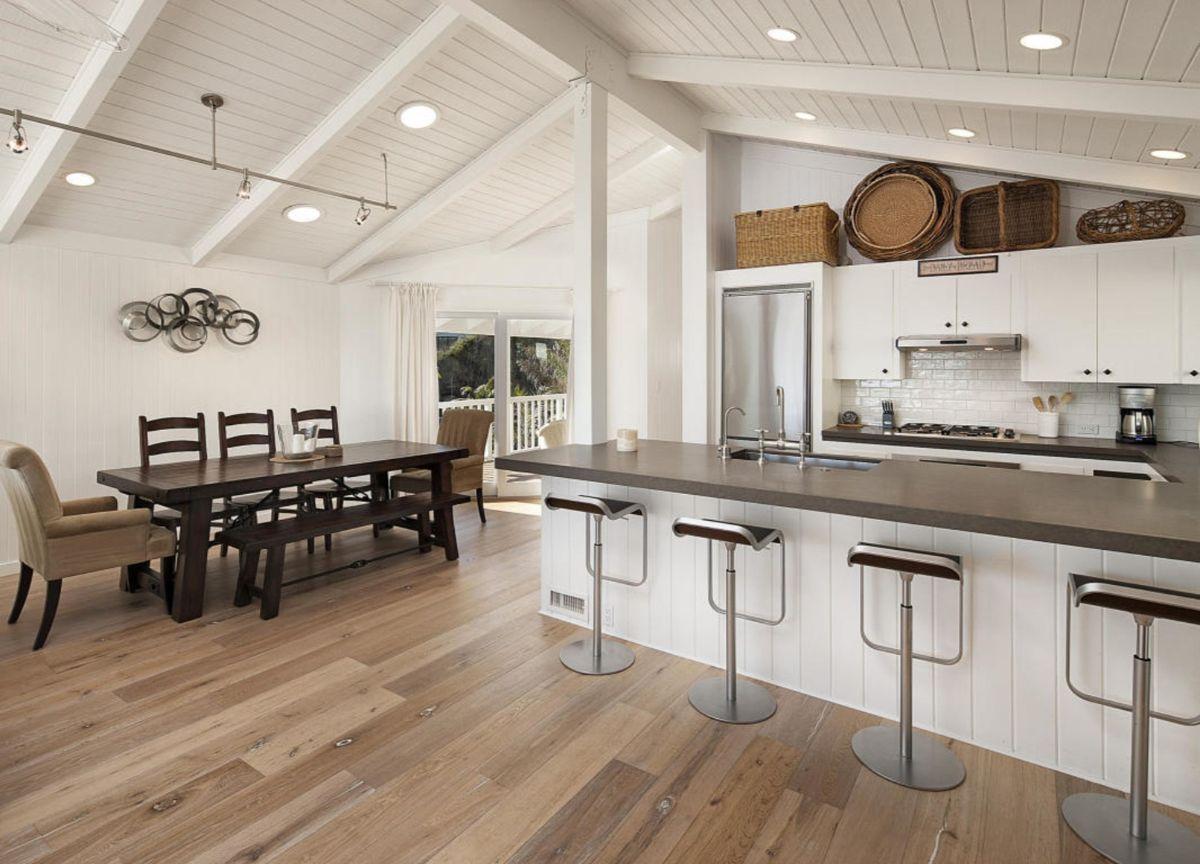 светлая кухня в неоклассическом стиле в мансарде