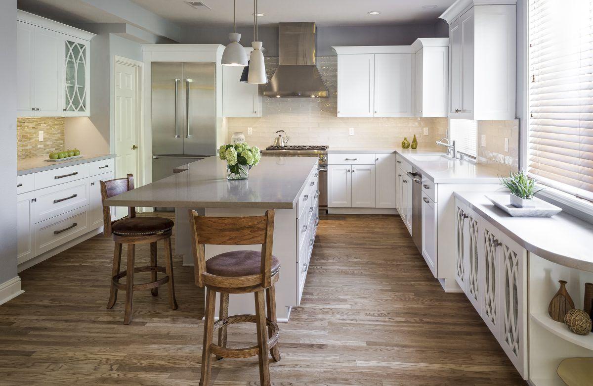 светлая кухня в неоклассическом стиле