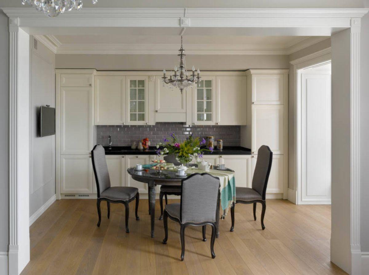 светлая кухня в стиле неоклассики фото пример сдержанного дизайна