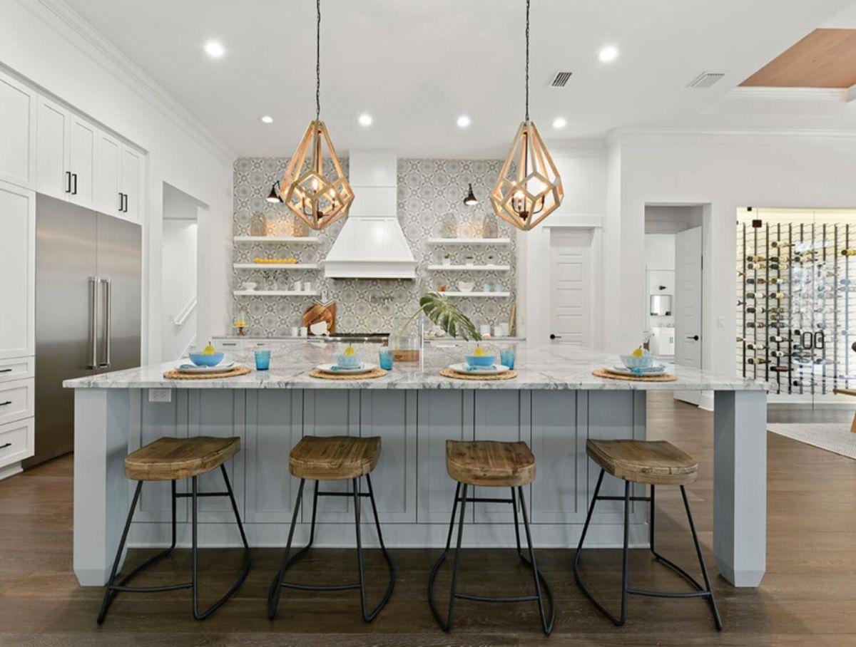 светлая кухня в стиле неоклассики фото пример