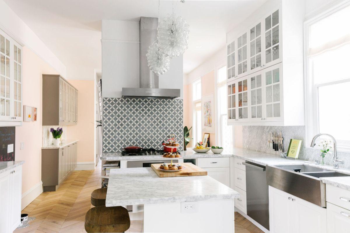 светлая кухня в стиле неоклассики фото