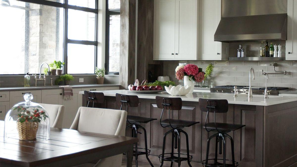 светло-коричневая кухня в неоклассическом стиле
