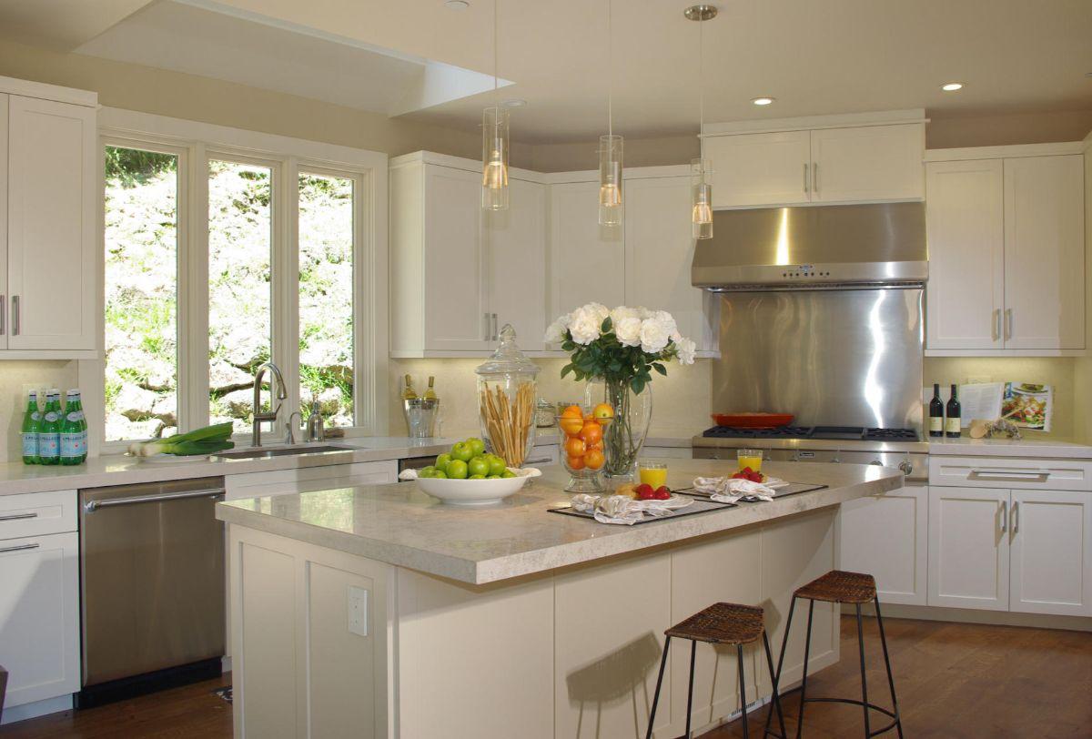 угловая кремовая кухня в стиле неоклассики