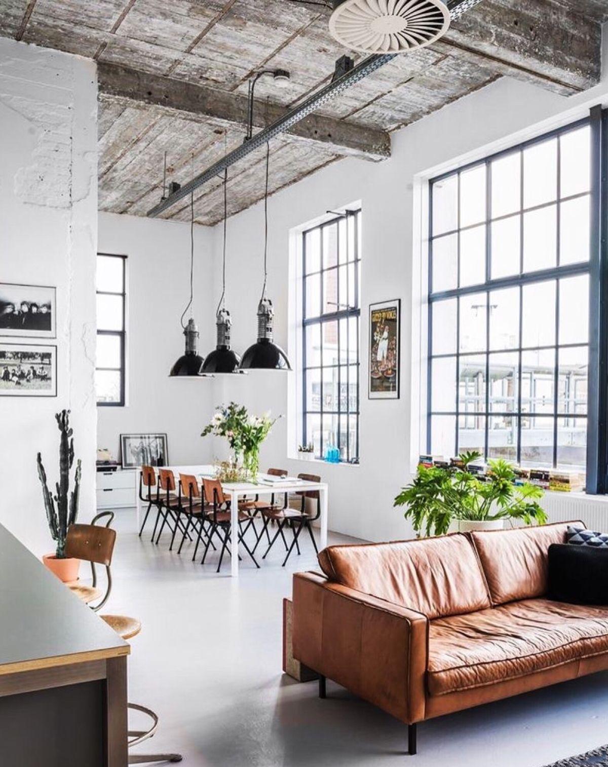гостиная в стиле лофт с высокими потолками