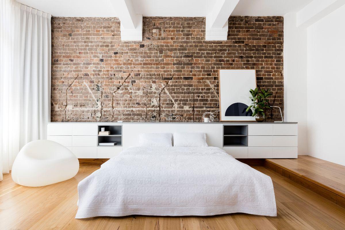 интересный дизайн в стиле лофт в спальне