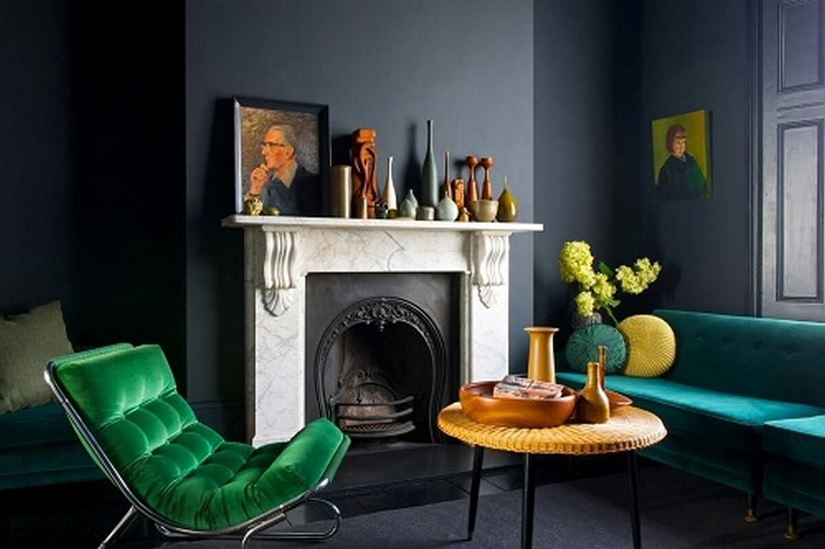 интерьер гостиной в чёрном цвете с изумрудным