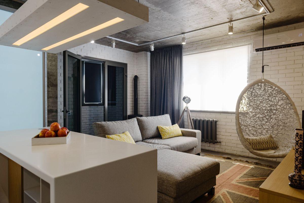 интерьер маленькой квартиры студии бетонный потолок