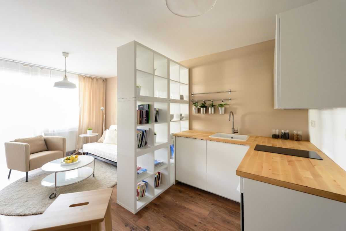 интерьер маленькой квартиры студии сочетание светлого дерева с белым цветом