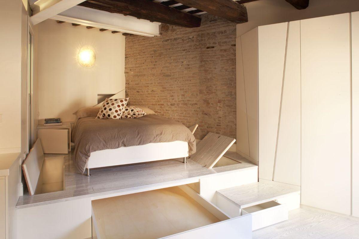 интерьер маленькой квартиры студии спальное место на подиуме